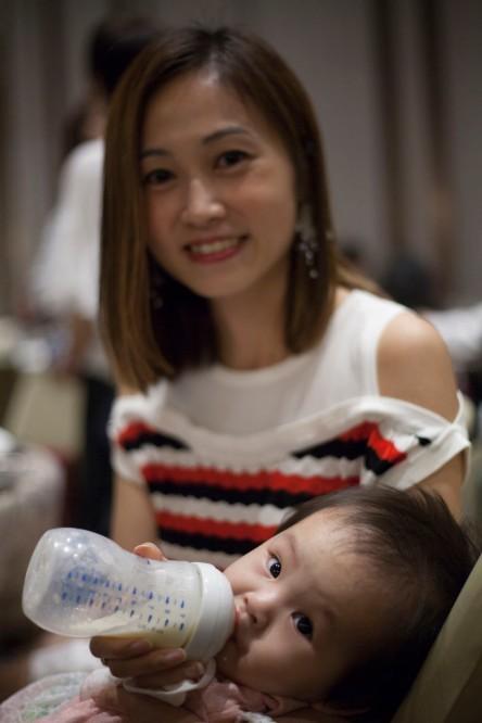 何秀雯 with child