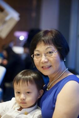 陳惠芳 and unamused grandchild